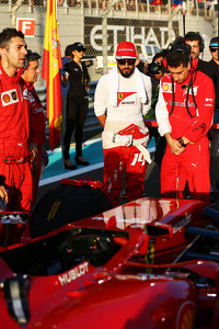 (L to R): Fernando Alonso, Ferrari with Andrea Stella, Ferrari Race Engineer on the grid