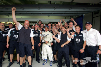 Juan Pablo Montoya celebrates victory with Williams-BMW team members