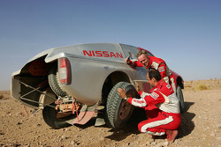 Ari Vatanen and Thierry Delli-Zotti test the Nissan Pickup 2005