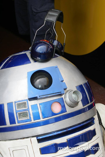 R2-D2 watches qualifying