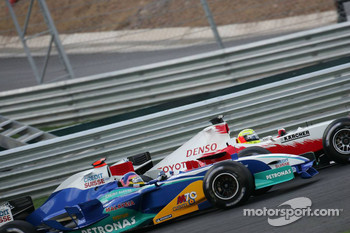 Ralf Schumacher and Jacques Villeneuve battle