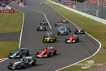 Start: Mark Webber leads a group of cars