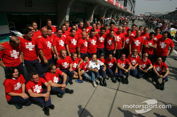 Sauber team members bid farewell to Peter Sauber