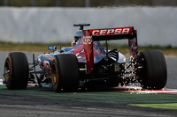 Carlos Sainz Jr., Scuderia Toro Rosso STR10 sends sparks flying