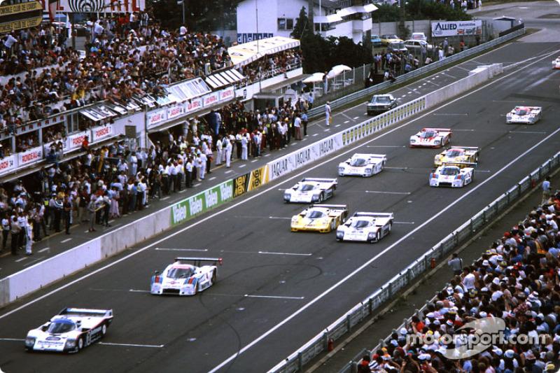 Start: #2 Rothmans Porsche 962C: Derek Bell, Hans Stuck leads the field