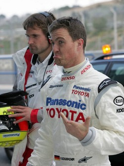 Ralf Schumacher returns to the pits after stopping on the track