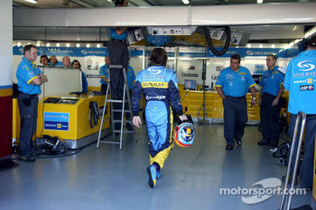 Fernando Alonso back after stopping on the track