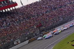 The field takes the green flag