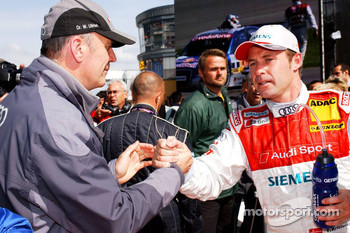 Dr. Wolfgang Ullrich shakes the hand of Tom Kristensen
