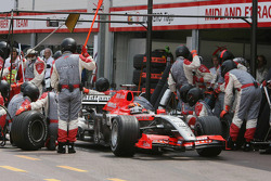 Christijan Albers makes a pitstop