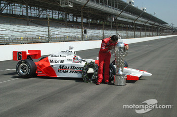 Sam Hornish Jr. kisses the Borg Warner Trophy