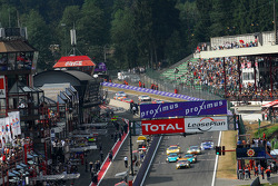 Start: #5 Phoenix Racing Aston Martin DBR9: Stephane Lemeret, Jean-Denis Deletraz, Andrea Piccini, Marcel Fassler leads the field
