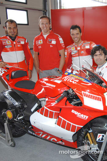 Vittoriano Guareschi, Sete Gibernau, Loris Capirossi and Filippo Preziosi with the new 800cc Ducati Desmosedici