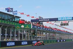 Derde plaats Sebastian Vettel, Ferrari SF15-T, krijgt de zwartwit geblokte vlag aan het einde van de race