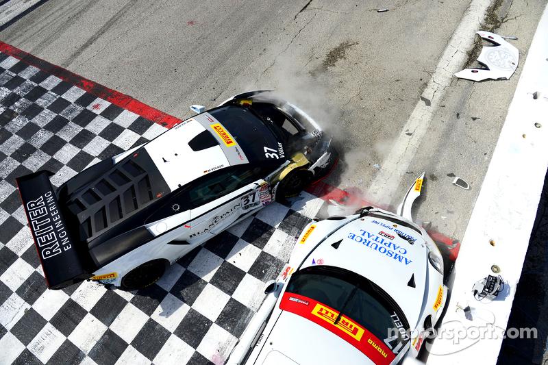 #17 Global Motorsports Group Porsche 911 GT3 Cup: Alec Udell  en #37 Reiter Engineering Lamborghini Gallardo: Max Volker crash
