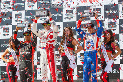 Podium: Race winner Scott Dixon, Chip Ganassi Racing Chevrolet, second placed Helio Castroneves, Team Penske Chevrolet and third placed Juan Pablo Montoya, Team Penske Chevrolet