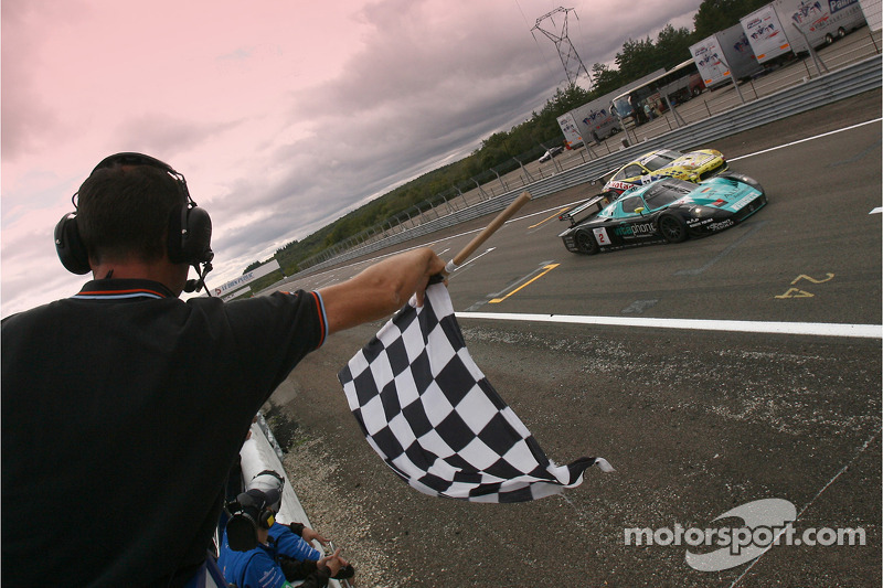 #2 Vitaphone Racing Team Maserati MC12: Jamie Davies, Thomas Biagi takes the checkered flag