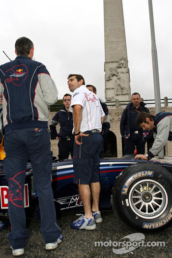 Red Bull Racing demo run in Sao Paulo: test team manager Anthony Burrows and crew members around the RB2 of Michael Ammermuller