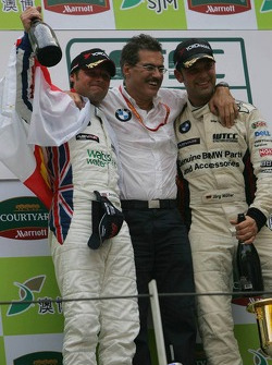 Podium: race winner Jorg Muller and 2006 WTCC champion Andy Priaulx with Dr. Mario Theissen