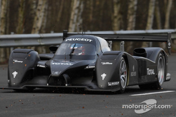 The Peugeot 908 HDi FAP makes it grand appearance driven by Éric Hélary