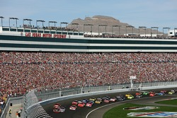 Start: Kasey Kahne leads the fied