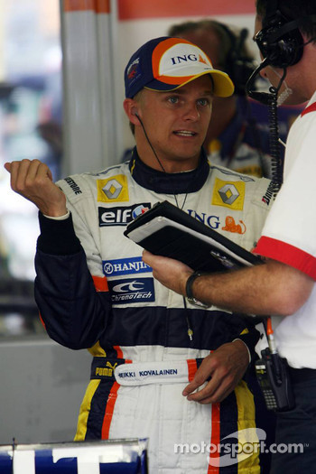 Heikki Kovalainen, Renault F1 Team after his stop on track