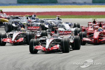 Start: Fernando Alonso, McLaren Mercedes, MP4-22, leads the field