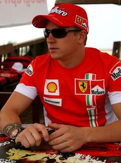 Autograph session: Kimi Raikkonen, Scuderia Ferrari and Felipe Massa, Scuderia Ferrari