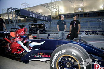 Scott Speed and Vitantonio Liuzzi watch the Scuderia Toro Rosso pit stop practice