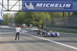 #18 Rollcentre Racing With Deutsche Bank X-Markets Pescarolo - Judd: Joao Barbosa, Phil Keen, Stuart Hall takes the checkered flag