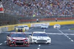 Kyle Larson, Chip Ganassi Racing Chevrolet and Brad Keselowski, Team Penske Ford