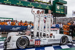 Parc fermé: racewinnaars #19 Porsche Team Porsche 919 Hybrid: Nico Hulkenberg, Nick Tandy, Earl Bamber vieren feest