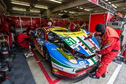 #51 AF Corse Ferrari 458 GTE: Gianmaria Bruni, Toni Vilander, Giancarlo Fisichella in the pits