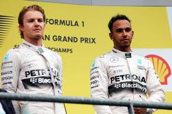 Tweede plaats Nico Rosberg, Mercedes AMG F1 met winnaar Lewis Hamilton, Mercedes AMG F1 op het podium