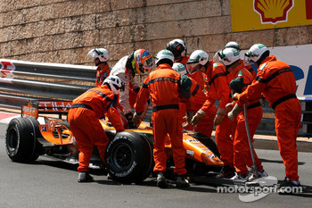 Marshalls remove the crashed car of Adrian Sutil, Spyker F1 Team