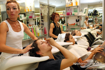 Formula Unas girls visit a beauty salon: Heloise Bien, Adriana Arevalo and Tahnee Frijters