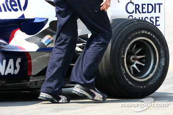 BMW Sauber F1 Team, F1.07, scuffed sidewall on a Bridgestone tyre