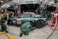 Pitstop for #007 Aston Martin Racing Aston Martin DBR9: Tomas Enge, Peter Kox, Johnny Herbert