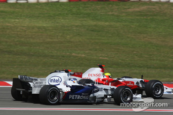 Nick Heidfeld, BMW Sauber F1 Team and Ralf Schumacher, Toyota Racing before last corner