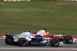 Nick Heidfeld, BMW Sauber F1 Team and Ralf Schumacher, Toyota Racing before last corner