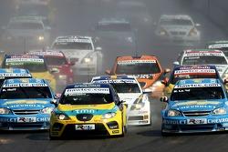 Start, Tiago Monteiro, SEAT Sport, SEAT Leon, leads Robert Huff, Team Chevrolet, Chevrolet Lacetti and Nicola Larini, Team Chevrolet, Chevrolet Lacetti