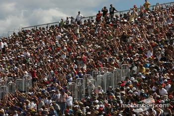 Circuit Gilles-Villeneuve fans make a wave in the grandstand