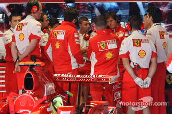 Scuderia Ferrari talk in the garage