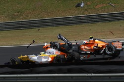 Giancarlo Fisichella, Renault F1 Team, R27 and Sakon Yamamoto, Spyker F1 Team, F8-VII-B, crash