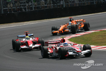Anthony Davidson, Super Aguri F1 Team, SA07 leads Ralf Schumacher, Toyota Racing, TF107