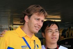 Duncan Huisman posing with a fan