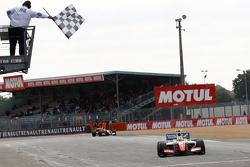 Oliver Rowland, Fortec Motorsports se lleva la victoria
