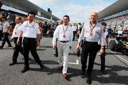 本田F1项目主管新井康久、本田社长八乡隆弘与迈凯伦主席兼CEO罗恩•丹尼斯在日本站赛前发车区