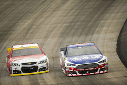 Trevor Bayne, Roush Fenway Racing Ford and Kevin Harvick, Stewart-Haas Racing Chevrolet