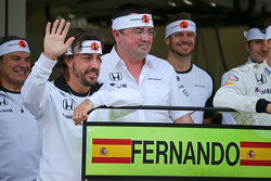 (L to R): Fernando Alonso, McLaren celebrates his 250th GP with Eric Boullier, McLaren Racing Director and the team